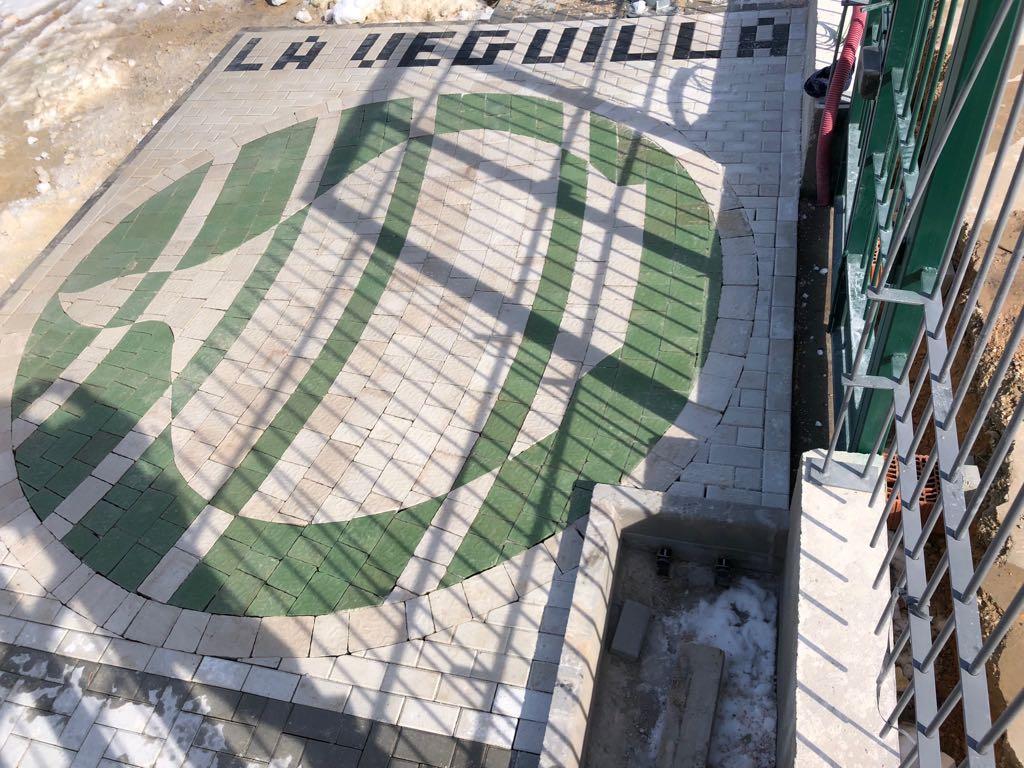 Adoquín de hormigón Albacete y Madrid | Prefabricados de la Jara | Adoquín Escudo Las Pedroñeras