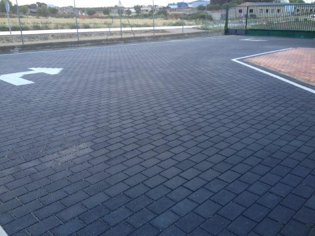 Adoquín hormigón liso negro y blanco en Villanueva de la Jara | Prefabricados de la Jara | Adoquines Albacete y Madrid